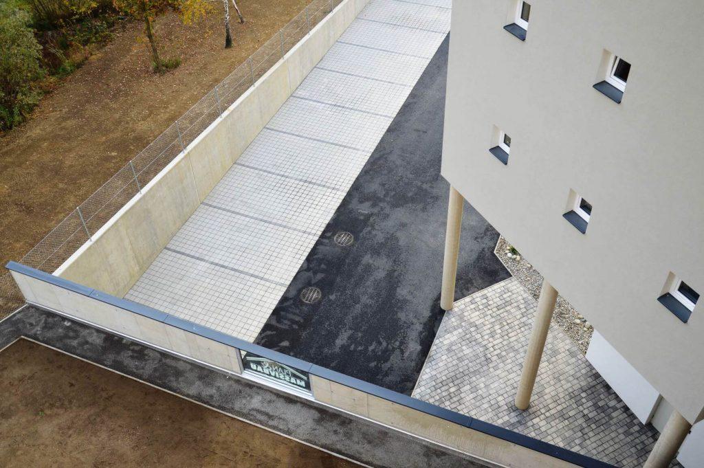 Asphaltierung und Schotterung mit Sichtbeton-Stützen - Bauunternehmung Kiegerl
